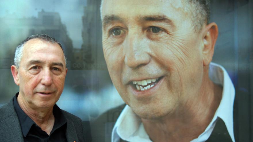Joan Baldoví ante una fotografía electoral.