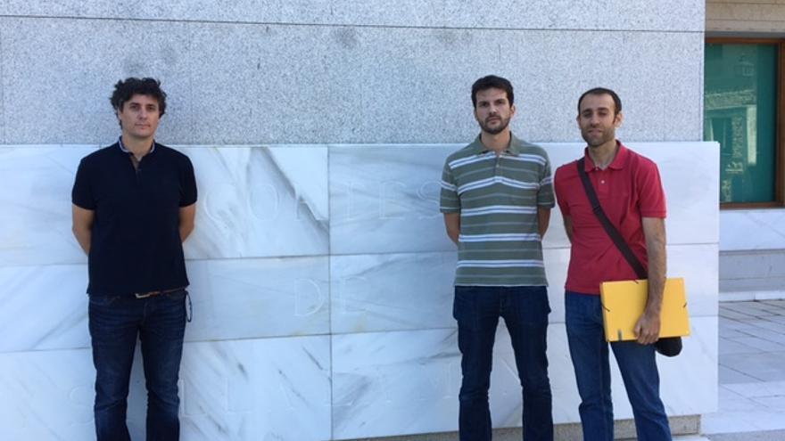 Representantes de las familias afectadas a su llegada a las Cortes. FOTO: Teresa Sánchez