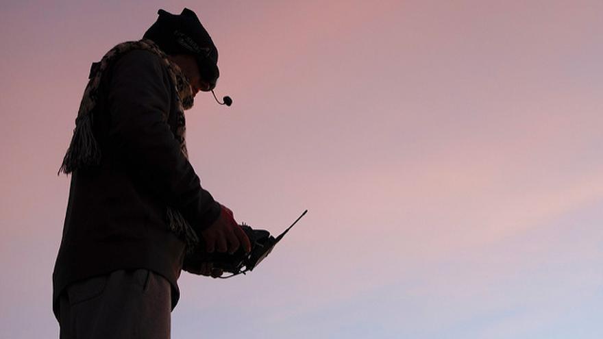 Militar pilotando un dron