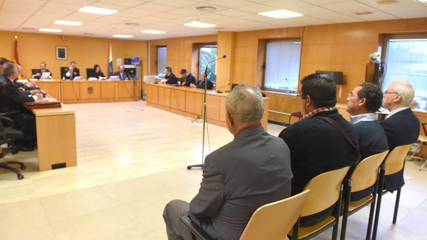 Banquillo de acusados en el juicio de los areneros; Del Rosario es el segundo, de derecha a izquierda