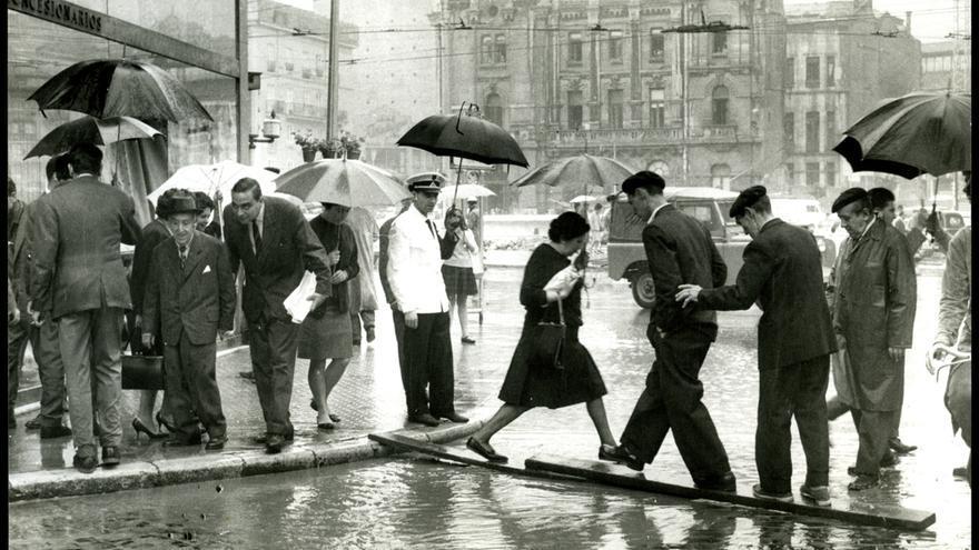 Pablo Hojas Llama. Las fuertes lluvias ocasionaron inundaciones en el centro de la ciudad, 11 de septiembre de 1963, Fondo Pablo Hojas Llama, Centro de Documentación de la Imagen de Santander, CDIS, Ayuntamiento de Santander.