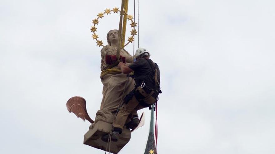 Praga recupera una estatua de la Virgen tras décadas de debate político