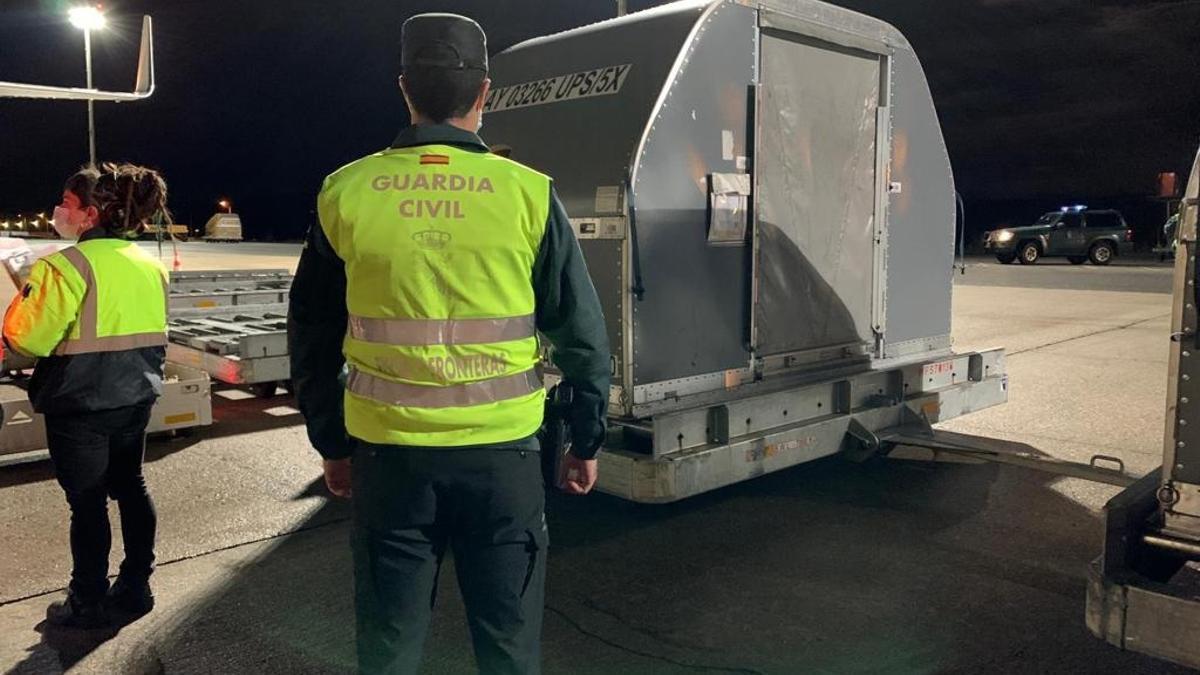 Miembros de la Guardia Civil custodian las 369.525 vacunas de Pfizer/BioNTech procedentes de un vuelo de Bélgica