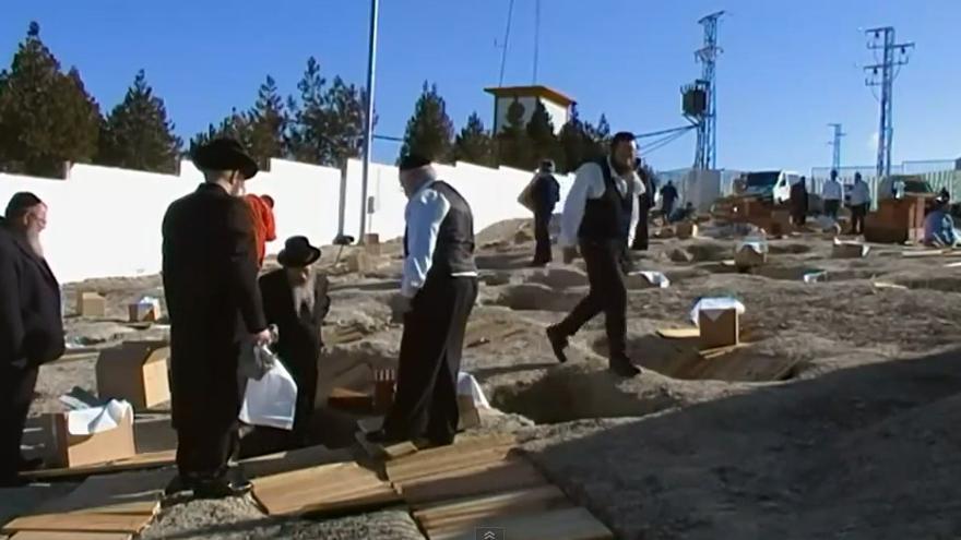 Reenterramiento en 2011 de los restos hallados en la necrópolis judía.