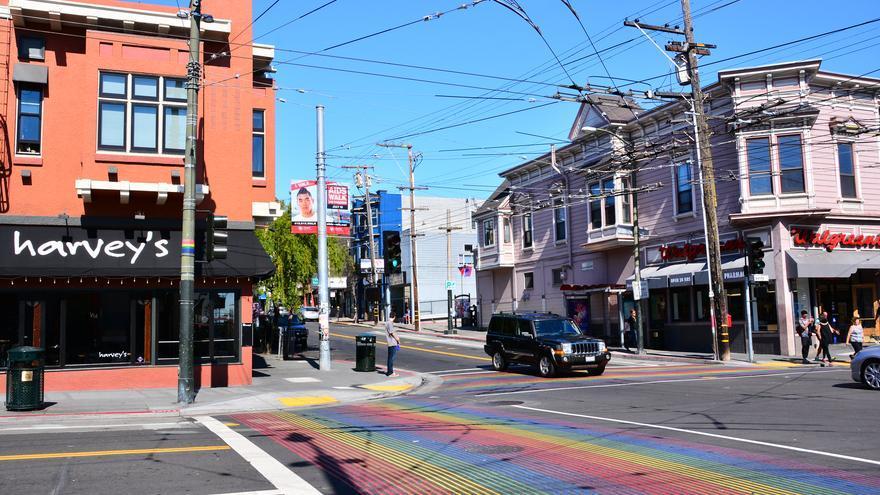 Pasos de peatones multicolores en Castro. Mike McBey