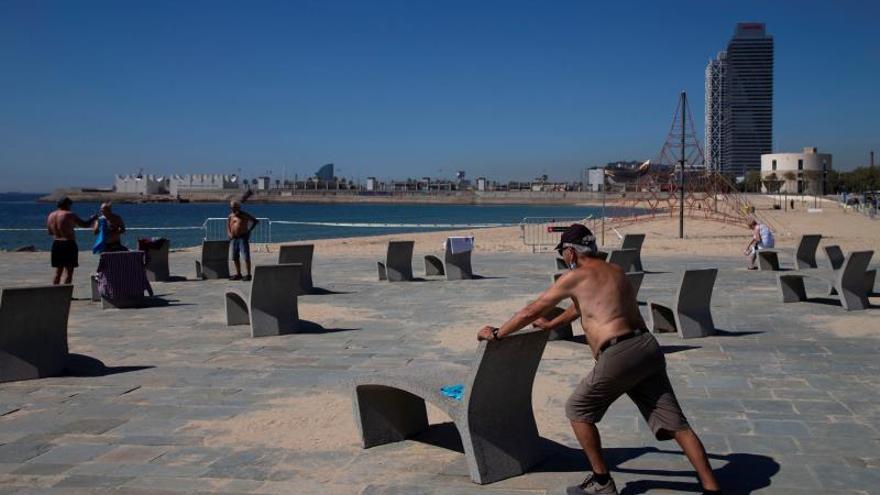 Gran afluencia de personas en la reapertura de las playas de Barcelona