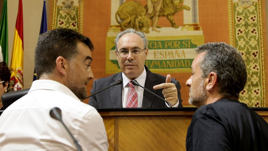 José Antonio Castro y Antonio Maíllo con Juan Pablo Durán en el Parlamento de Andalucía.