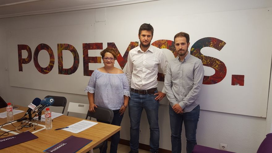 Alberto Gavín, Mercedes González y Luis del Piñal en la sede de Podemos.