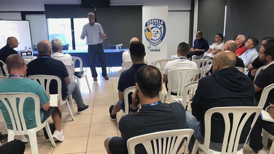 Ángel Fierro se dirige a los asistentes a una clase de la Escuela de Entrenadores Fundación Disa