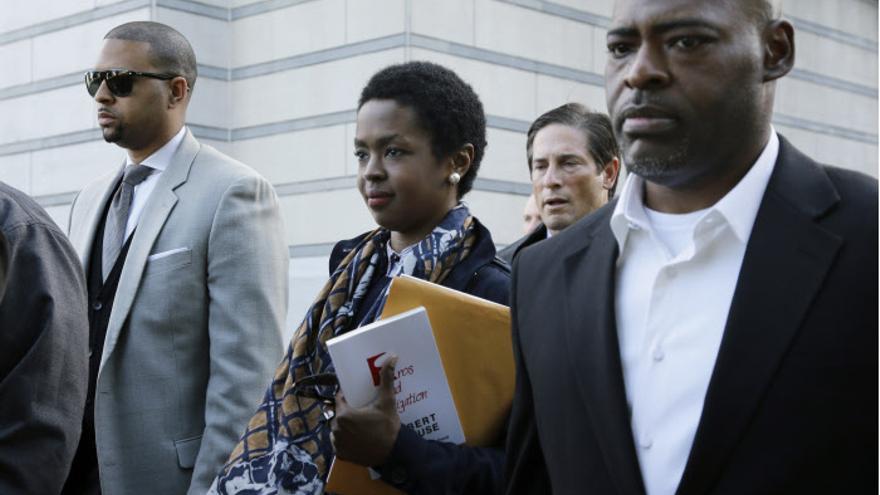 Lauryn Hill saliendo de los juzgados de Nueva Jersey tras ser condenada a tres meses de cárcel. GTres