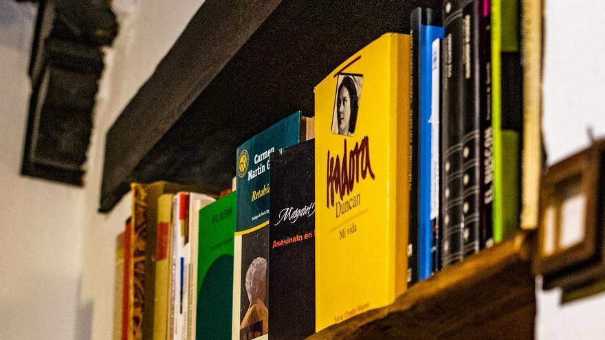 Detalle de la Biblioteca de La Casa con Libros.