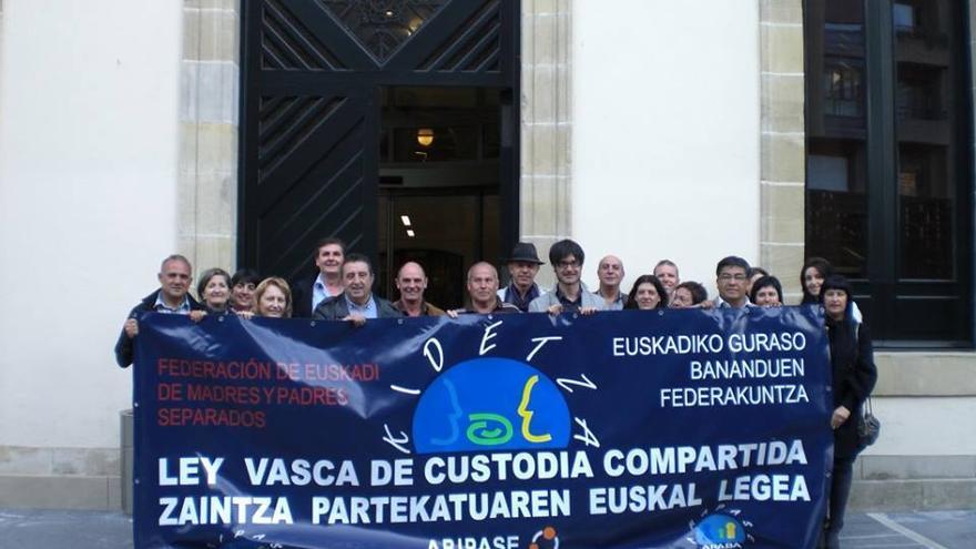 Una de las concentraciones de la Asociación de Padres y Madres Separados de Euskadi-Kidetza en el Parlamento vasco.