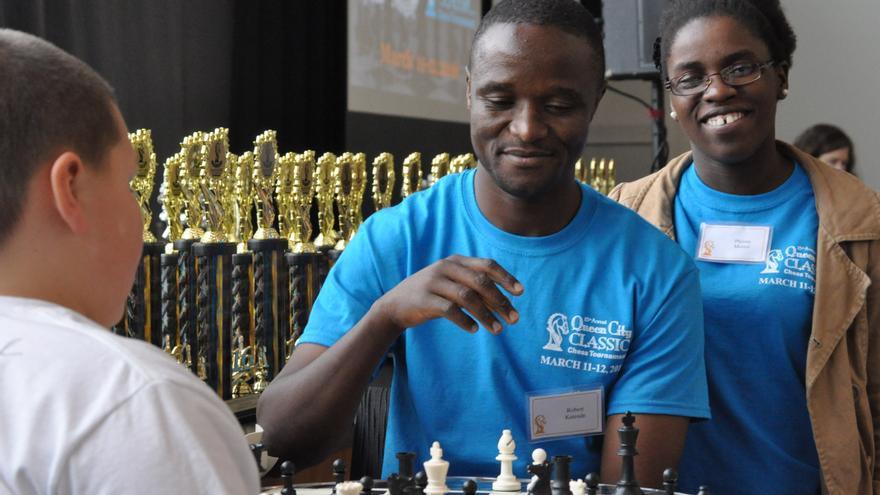 Robert Katende junto a Phiona, en el campeonato de ajedrez City Classic de Ohio, el pasado mes de marzo / SOM Chess Academy