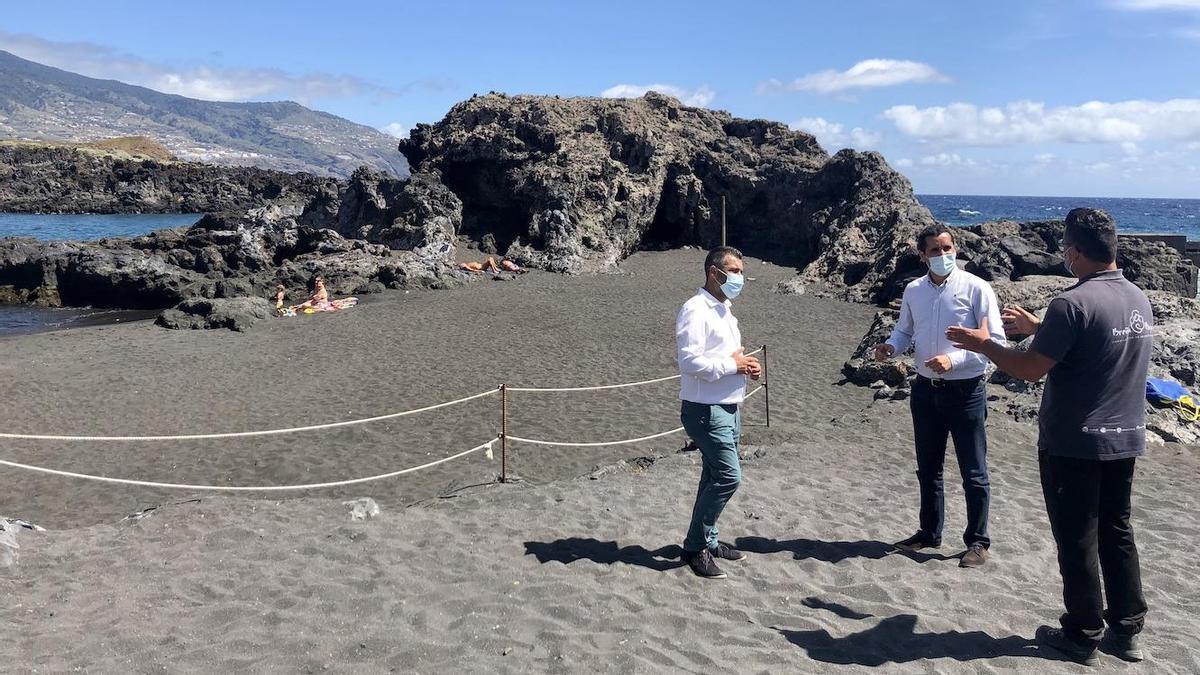 Borja Pérez Sicilia (c),  alcalde de Breña Baja, y Juan Manuel Pérez (i), concejal de Turismo y Seguridad, en la playa de Los Cancajos.