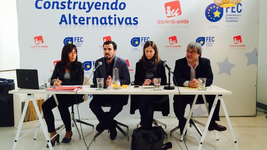 Alberto Garzón, junto a la eurodiputada Marina Albiol y miembro de la FEC (Fundación Europa de los Ciudadanos) \ Foto: Mario Pais