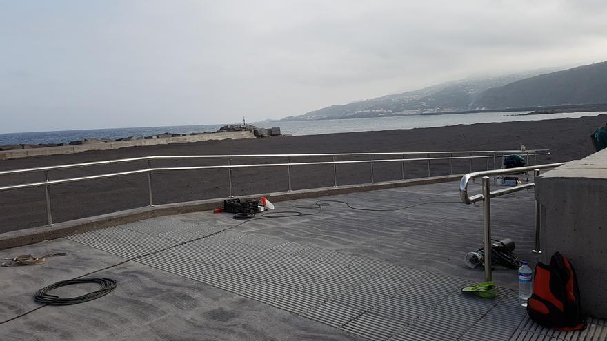 En la tarde de este lunes se estaban ultimando los trabajos de instalación de las barandillas del primero de los cinco accesos peatonales a la playa de la capital. Foto: LUZ RODRÍGUEZ.