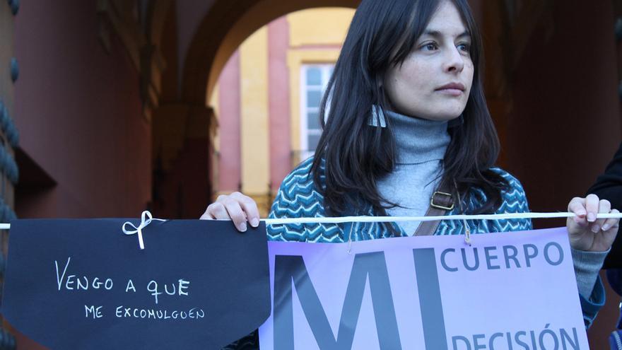Feministas protestan frente al Palacio Arzobispal de Sevilla.