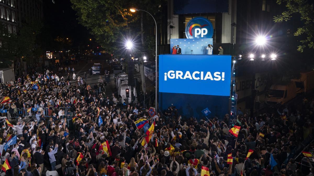 Celebración del triunfo de Ayuso en la sede del PP de la calle Génova de Madrid, el pasado martes.
