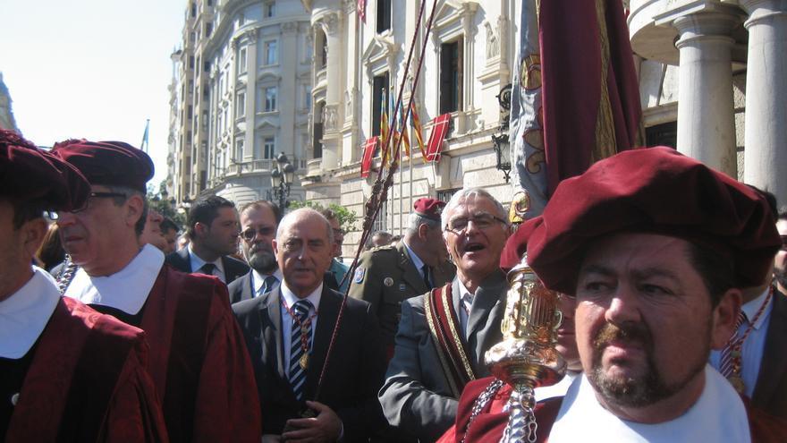 Ribó llevando la real senyera durante la procesión cívica