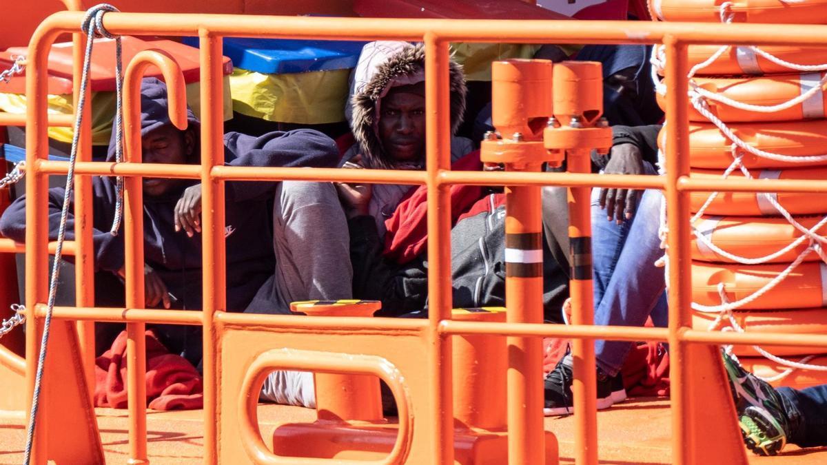 23 personas, una de ellas fallecida, fueron trasladadas por la guardamar Talía de Salvamento Marítimo al muelle de Arguineguín tras ser localizadas a 40 millas de Maspalomas en una barquilla.