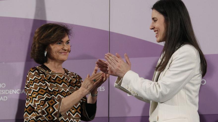 La vicepresidenta primera, Carmen Calvo, y la ministra de Igualdad, Irene Montero, durante la toma de posesión de la segunda en enero de 2020.