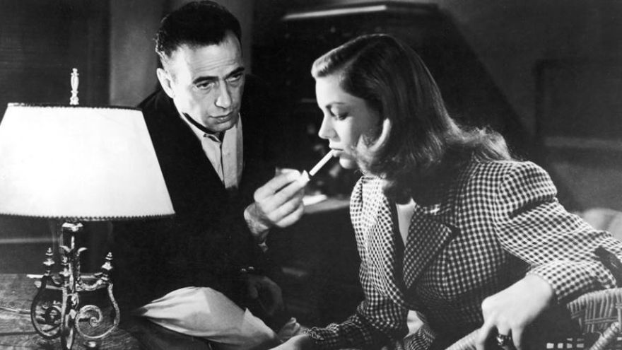 Humphrey Bogart y Lauren Bacall, en un fotograma de la película de 1944 'Tener y no tener', de Howard Hawks