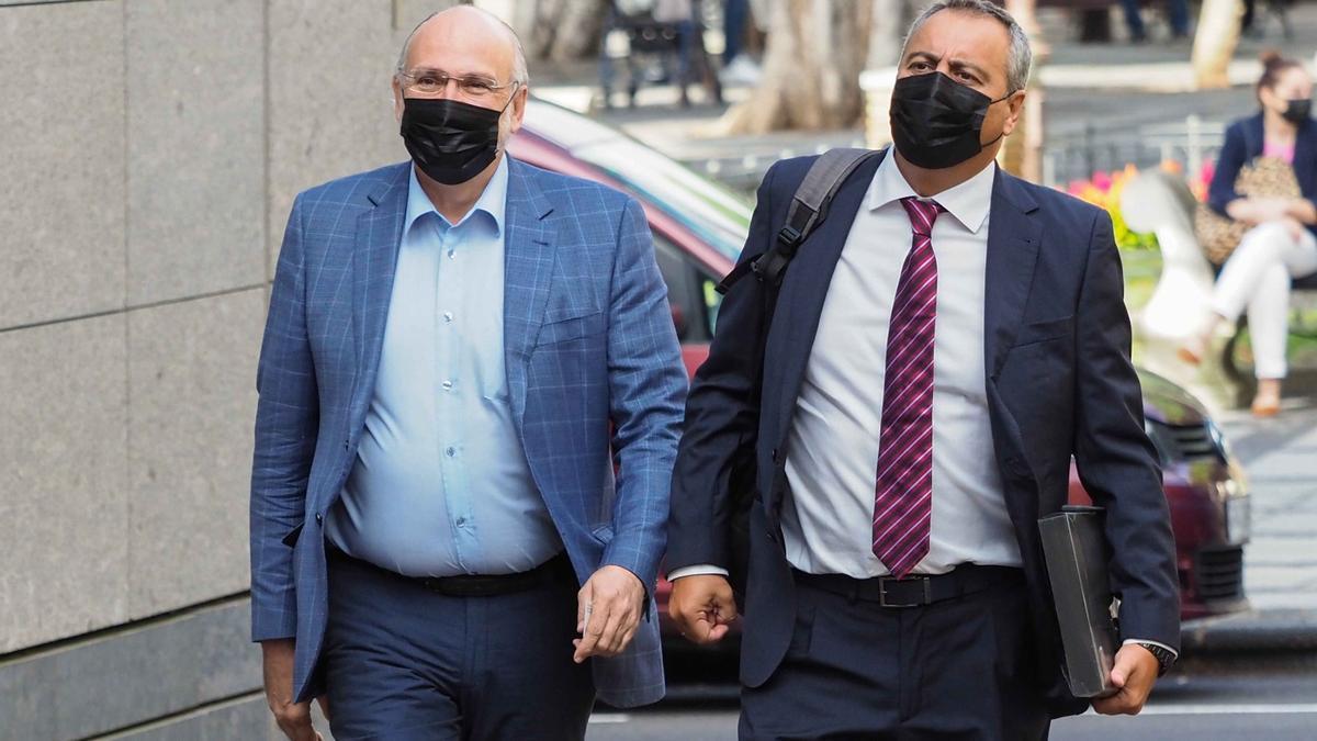Francisco Pomares, a la izquierda, junto a su abogado a su llegada este miércoles a los juzgados de La Laguna.