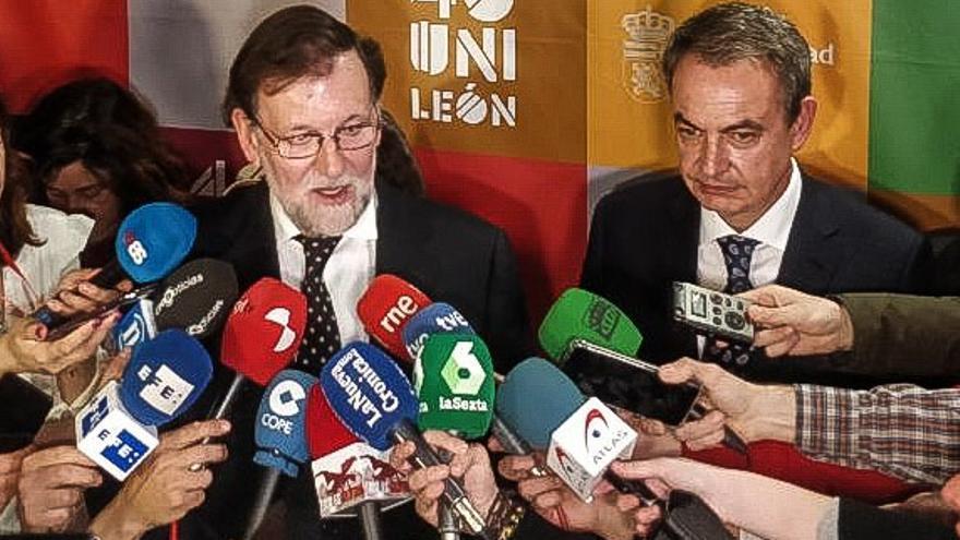 Los expresidentes Zapatero y Rajoy atienden a los medios en el acto en León.
