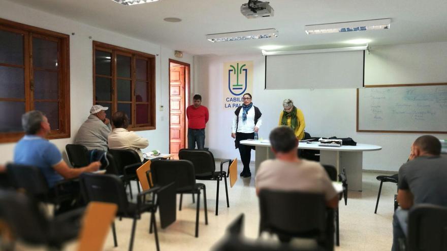 La consejera de Emergencias y Participación Ciudadana, Carmen Brito, ha estado presente en el comienzo del curso de riesgos laborales en albañilería que se imparte en la Casa Rosada.