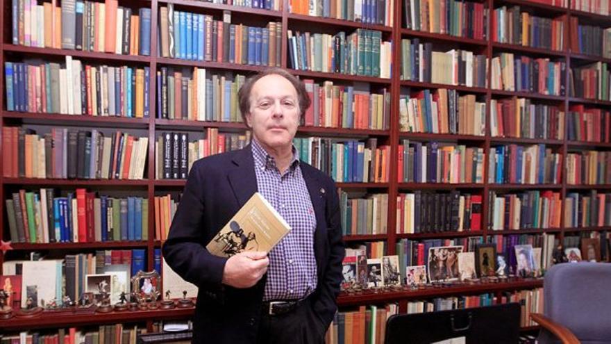 Javier Marías en su biblioteca (Efe)