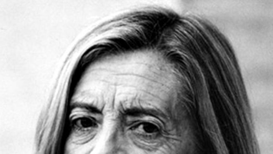 """Josefina Aldecoa nació en La Robla, en León, en 1926, y mantuvo durante los últimos años de su vida una estrecha relación con Cantabria. Vivió durante años en Mazcuerras, en una casa a la que solía calificar como su """"lugar en el mundo""""."""