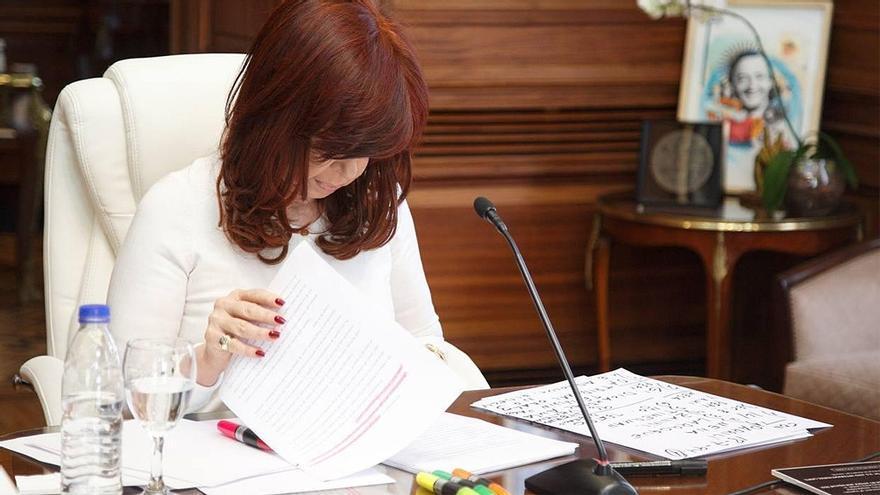 Cristina Fernández de Kirchner. Repasando los apuntes ante el tribunal.