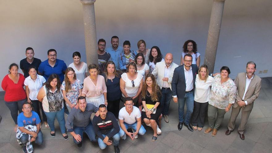El grupo de jovenes participantes en el programa 'Lanzaderas de Empleo',  con autoridades y técnicos, tras el acto de presentación de la iniciativa.