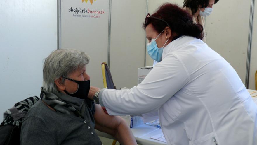 Albania se lanza a la vacunación masiva de su población