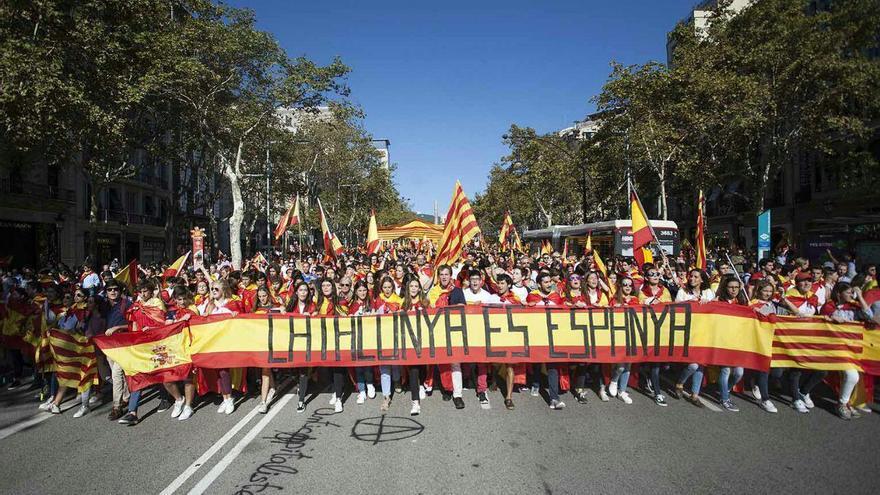 """Pancarta con el lema """"Catalunya és Espanya"""" durante la manifestación del 8 de octubre en Barcelona"""