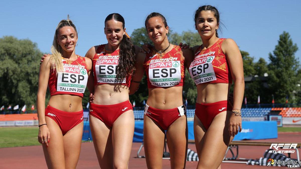 Carmen Avilés, segunda por la izquierda, tras lograr la plata