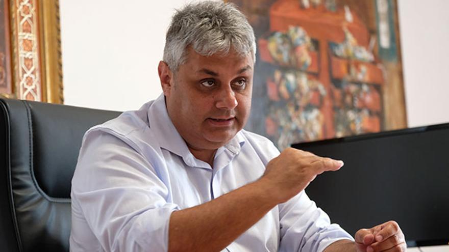 """El alcalde de Puerto del Rosario ignora la denuncia por acoso sexual contra un concejal y afirma que """"obviamente"""" lo mantendrá en su puesto"""