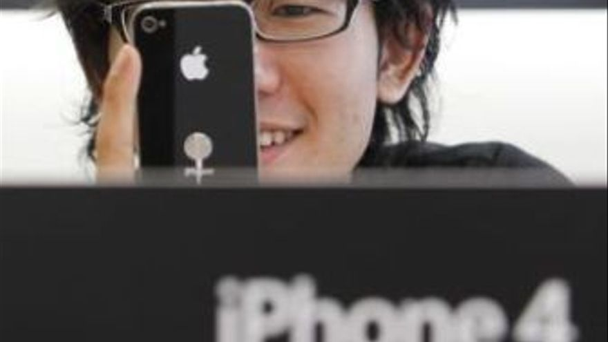 Usuario de iPhone 4. (EUROPA PRESS)