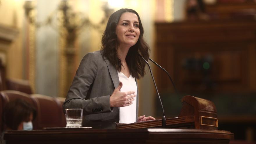 La presidenta de Ciudadanos, Inés Arrimadas interviene durante una sesión plenaria en el Congreso de los Diputados, en Madrid (España), a 17 de diciembre de 2020.
