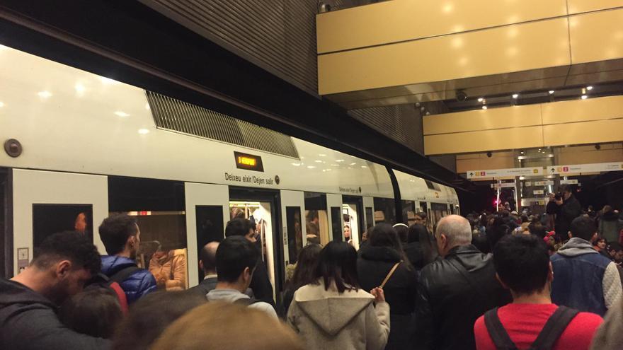 Los andenes y los trenes repletos de usuarios y usuarias en plena huelga la estación de metro de Ángel Guimerá