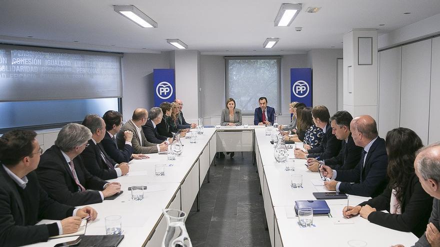 Cospedal reúne a los secretarios generales autonómicos del PP para coordinar acciones ante el congreso del partido