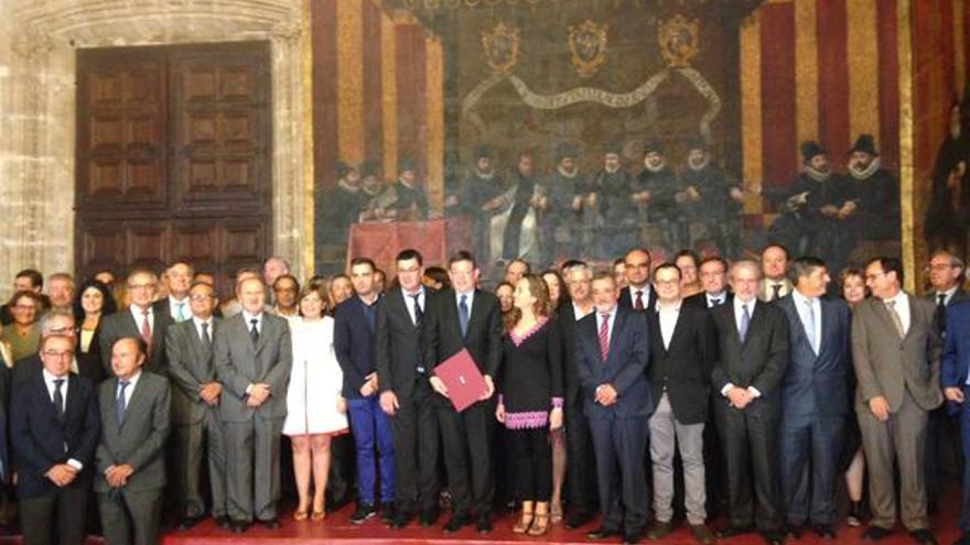 Representantes de los partidos políticos y la sociedad civil tras la firma del manifesto por una financiación justa.