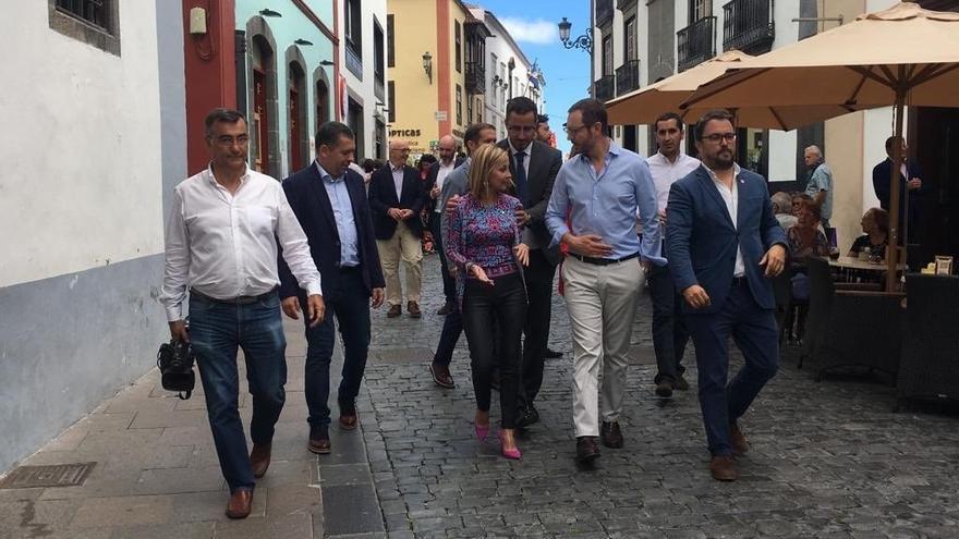 Javier Maroto, con otros dirigentes del PP, este jueves en la calle Real de Santa Cruz de La Palma.