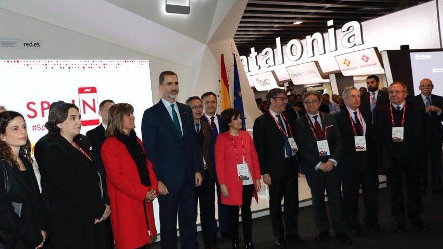 El rey, la vicepresidenta del Gobierno y la alcaldesa de Barcelona, Ada Colau, ante los stands de España y Catalunya en el MWC