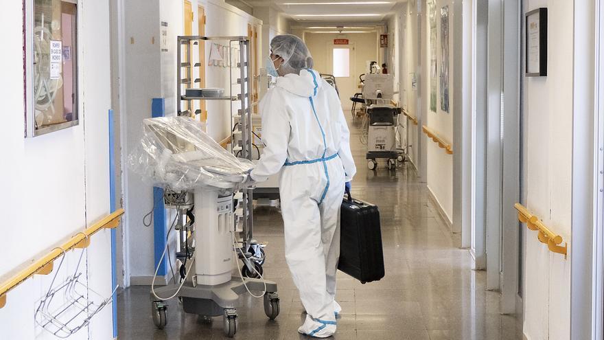 Sanitario en la UCI de un hospital