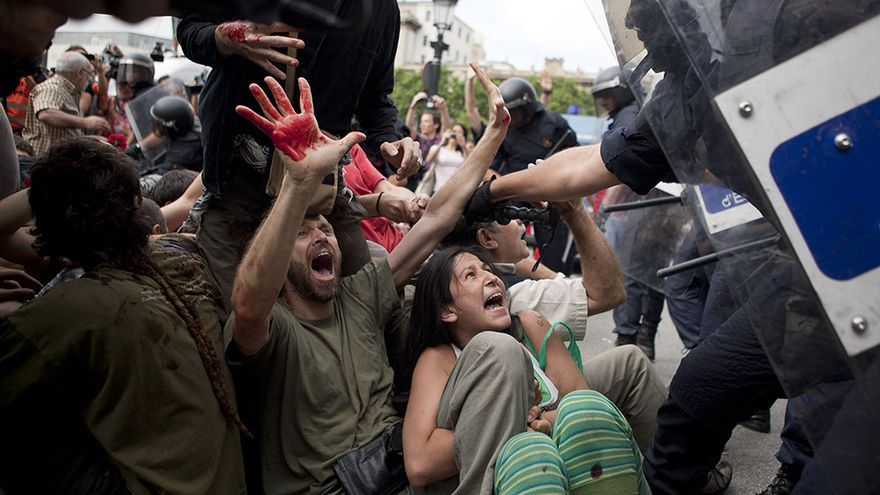 Galería de imágenes de le eclosión del 15-M con la ocupación la Plaza Catalunya de Barcelona. /EDU BAYER