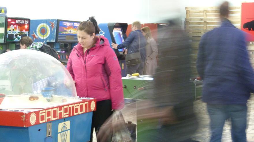 Una mujer observa uno de los juegos en la exposición en Moscú. Foto: Àngel Ferrero