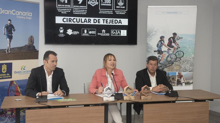 De izquierda a derecha: El gerente de GJA Sport, sección deportiva de Grupo Juan Armas, Orlando Montesdeoca, la consejera de Turismo del Cabildo de Gran Canaria, Inés Jiménez y el alcalde de Tejeda, Juan Perera Hernández.