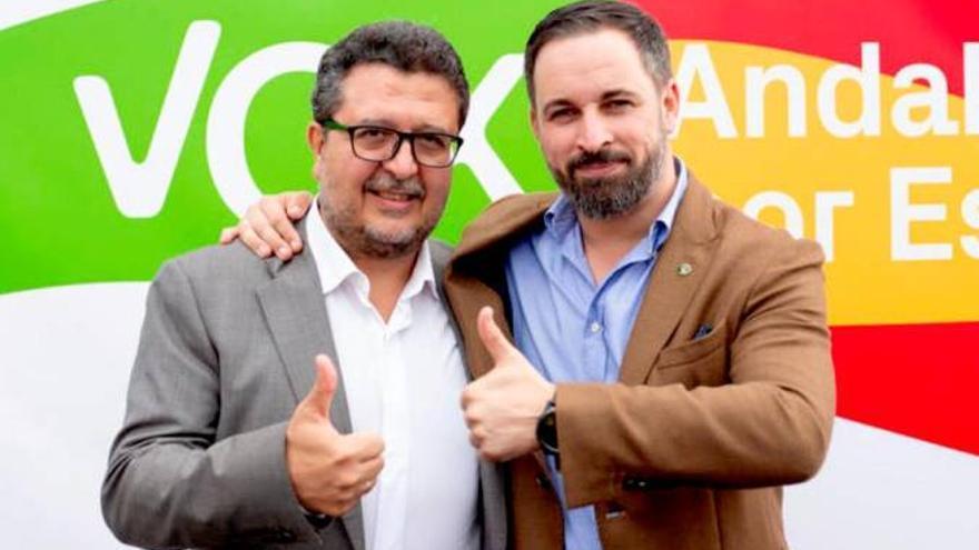El presidente del grupo Vox en Andalucía y candidato a la presidencia de la Junta, Francisco Serrano, junto al líder nacional del partido, Santiago Abascal.