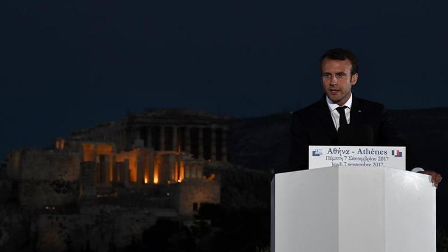Macron invita a los empresarios de su país a invertir en Grecia